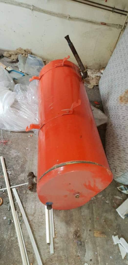 HEXA DEBARRAS vide tout, y compris les ballons d'eau chaude dans un garage à Lyon