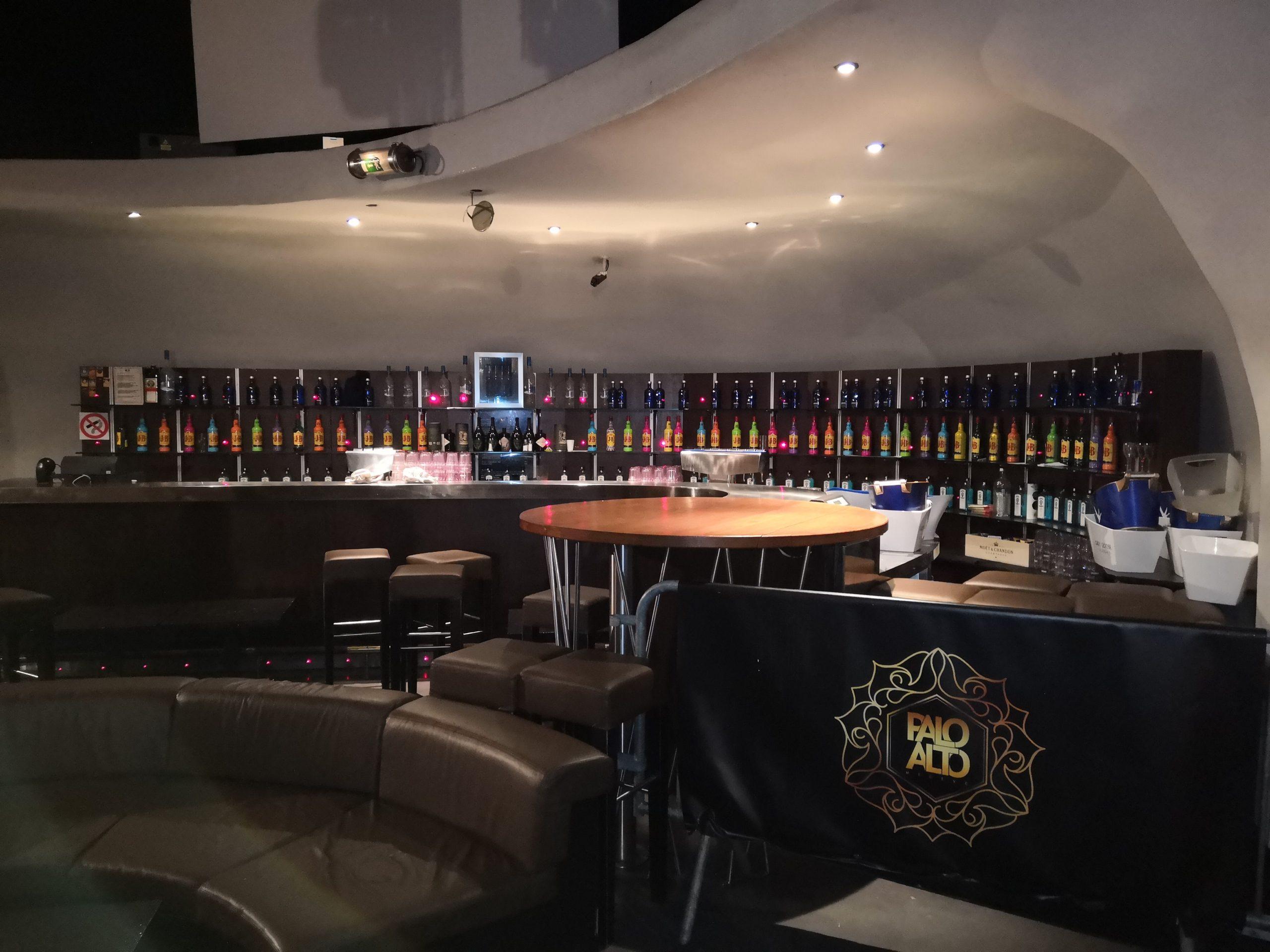 Bar d'une boîte de nuit débarrasser à Megève